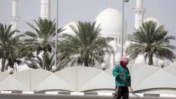 Arbeiter vor Scheich-Said-Moschee in Abu Dhabi; Foto: dpa