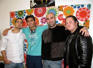 أحمد منصور )2 يمين) مع شياب مشروع أبطال