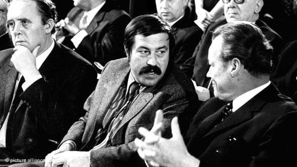 غونتر غراس رفقة المستشار الألماني الراحل فيللي براندت، الذي دعمه غراس في حملاته الانتخابية (صورة من الأرشيف)