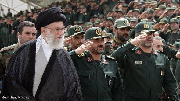 Revolutionsführer Ayatollah Ali Khamenei während einer Militärparade; Foto: Iranbriefing.net