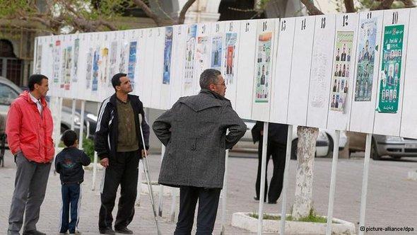 جزائريون يتأملون قوائم المرششحين للانتخبات البرلمانية التي ستجري في العاشر من مايو 2012