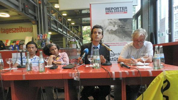 Der ägyptische Blogger Maikel Nabil Sanad und sein Bruder Mark Nabil Sanad bei einer Veranstaltung von Reporter ohne Grenzen und Amnesty International in Berlin am 23.5.2012; Foto: Bettina Marx/DW