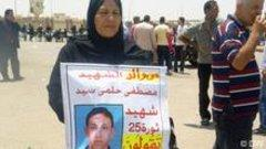أم مصطفى حلمي احد الضحايا في ثورة 25 يناير أمام