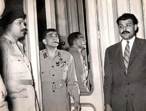 محمد نجيب لحظة خروجه من قصر الرئاسة بعد إقالته في 14 نوفمبر 1954