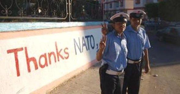 أمام عبارة شكرا للناتو في ليبيا، الصورة دويتشه فيله