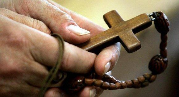 Hands holding rosary beads (photo: picture-alliance/dpa)