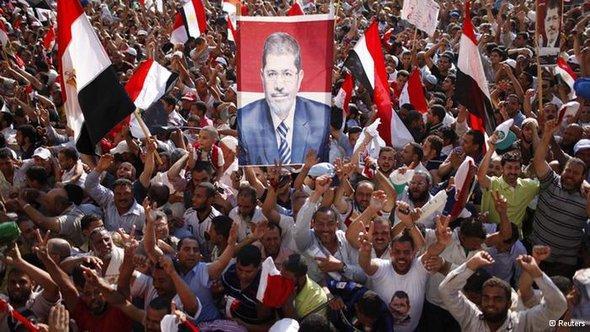 أنصار مرسي يعتصمون في ميدان التحرير الآن لكن الأحزاب المدنية تهدد باللجوء إليه في حال الخلاف معه