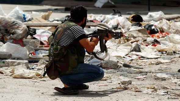 حلب تقرر مصير دمشق في معركة النظام السوري الاخيرة، جندي من الجيش السوري الحر في حلب  الصورة رويترز