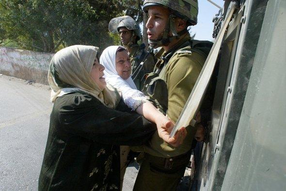 مشهد من الفيلم في قرية بلعين، رمز المقاومة السلمية في فلسطين