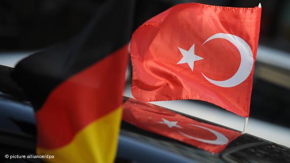 Deutsche und türkische Fahne auf einem Auto, Foto: picture alliance/dpa