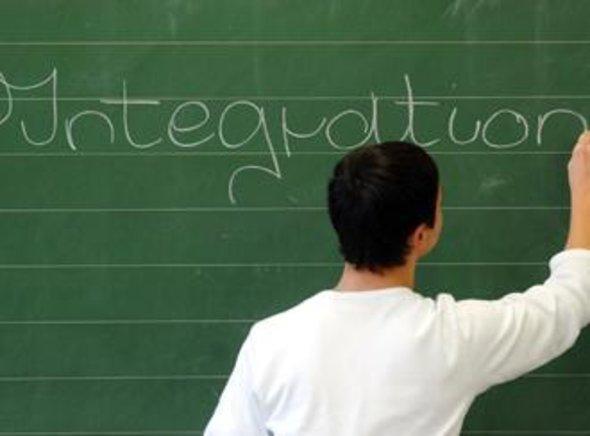 Jugendlicher schreibt an einer Schultafel, Foto: picture-alliance/dpa
