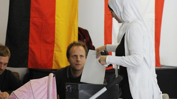 Muslimische Frau bei der Stimmabgabe zur Bundestagswahl, Foto: picture alliance/dpa