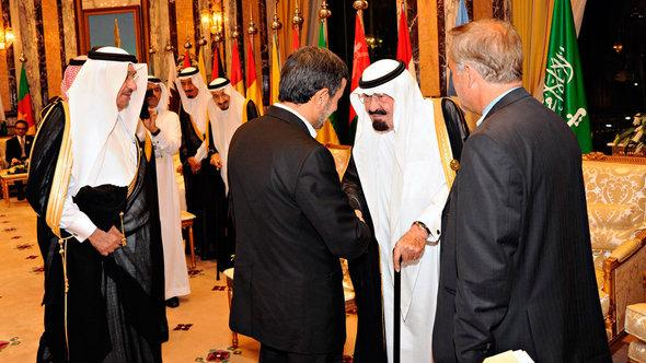 Saudi Arabia's King Abdullah (2nd from right) shakes hands with Iran's President Ahmadinejad at the opening ceremony of the Organisation of Islamic Conference (OIC) summit in Mecca August 14, 2012 (photo: Reuters)