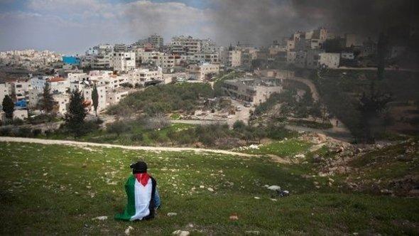 فلسطيني يحيي ذكرى يوم الارض