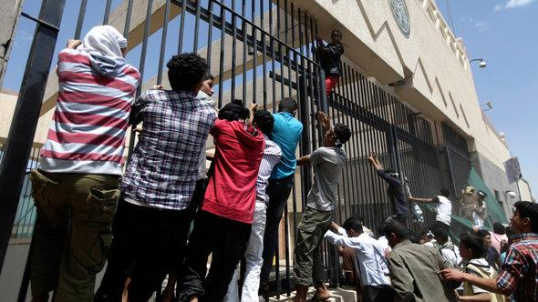 Demonstranten vor der US-Botschaft im Jemen; Foto: Reuters