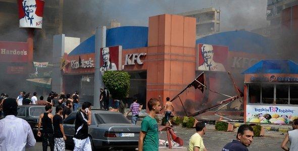 Brennendes KFC-Fast-Food-Restaurant in Tripoli; Foto: AP