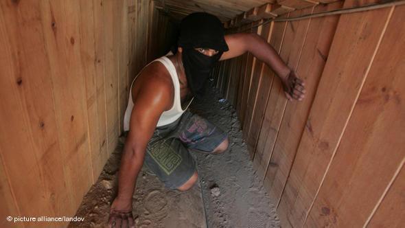 في الصورة: نفق للتهريب بين الطرف الجنوبي لقطاع غزة وصحراء سيناء المصرية. د ب ا
