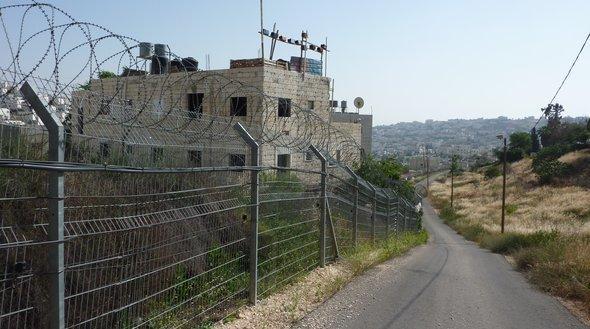 في الصورة: جدار أمني يحيط بمستوطنة كريات أربع. الصورة جيسمان أيشلر