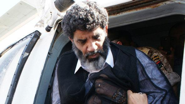 تسليم السنوسي إلى الحكومة الليبية، رئيس المخابرات السابق  لنظام القذافي. رويترز