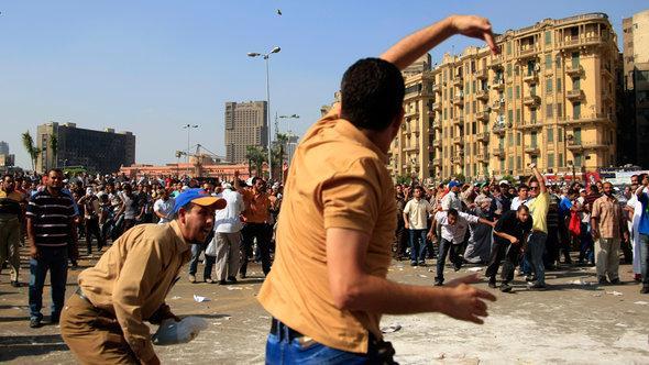 المؤيدون والمناوؤن للرئيس مرسي في ميدان التحرير أكتوبر 2012 . أ ب