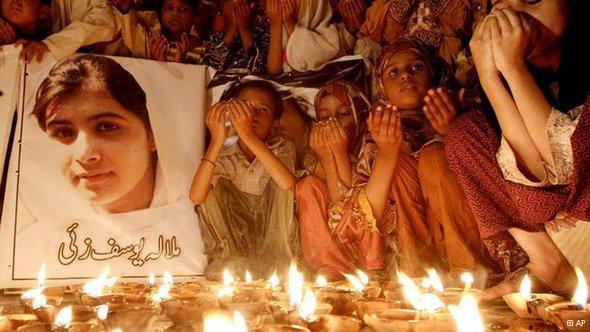 تلاميذ أفغانستان يصلون لشفاء الفتاة ملالا ضحية اعتداء طالبان ، أ ب