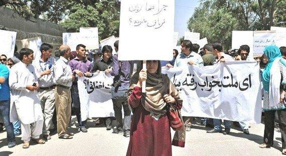 رجال ونساء يحتجون في كابُل على إعدام امرأة بتهمة الخيانة الزوجية، يوليو 2012. دويتشه فيله