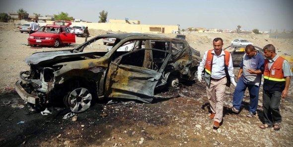رجال إنقاذ عراقيون في مكان هجوم بسيارة ملغومة في كركوك، سبتمبر 2012. د أ ب د