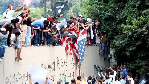 People demonstrating in front of the U.S. embassy in Cairo in protest of a film deemed offensive of Islam (photo: Mohammed Abu Zaid/AP/dapd)