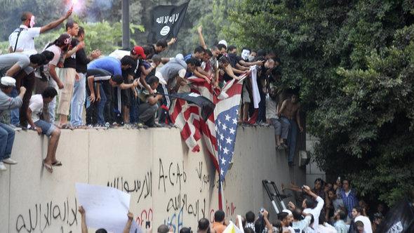 محتجون في القاهرى  أمام السفارة الأمريكية. أ ب