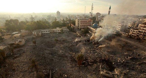 المنطقة الحكومية في غزة بعد غارات إسرائيلية. رويترز