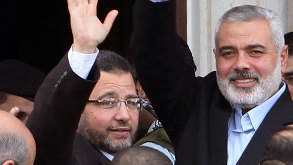 رئيس الوزراء المصري هشام قنديل ورئيس وزراء حكومة حماس المقالة في قطاع غزة إسماعيل هنية. رويترز