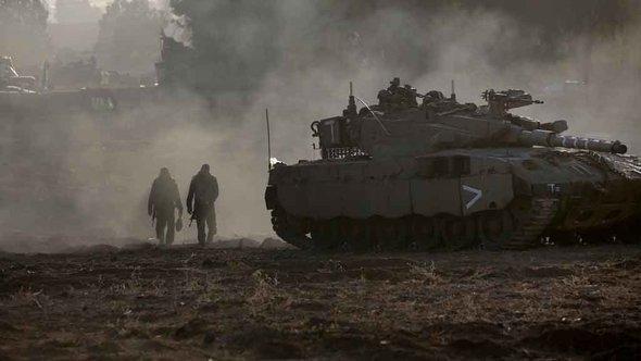 دبابة إسرائيلية على مشارِف قطاع غزة. غيتي إميجيس
