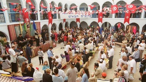 Picture dated 11 May 2001 of Jewish pilgrims in Djerba synagogue (photo: dpa)