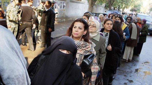 نساء في القاهرة بانتظار الإدلاء بأصواتهن في الانتخابات. أ ب