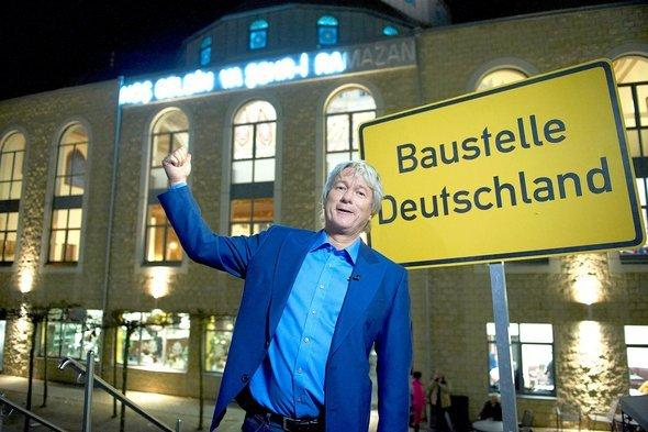 يورغِن بيكَر أمام مسجد المركز الإسلامي في حيّ ماركسلو بمدينة دويسبورغ الألمانية. WDR
