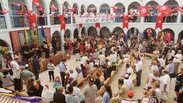 مصلُّون يهود في كنيس غريبة في جزيرة جربة التونسية. د ب أ
