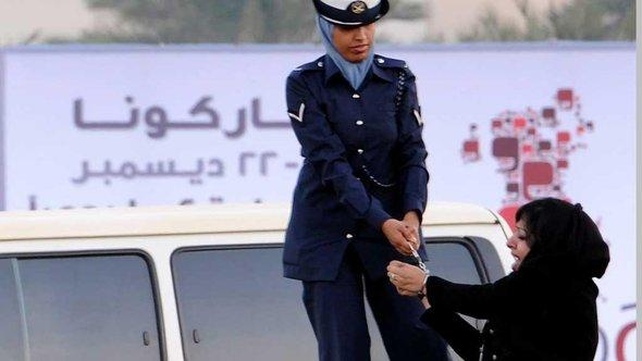 Verhaftung von Zaynab al-Khawaja im Dezember 2011; Foto: EPA/Mazen Mahdi