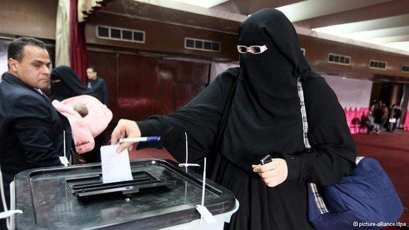 اِمرأة مصرية تدلي بصوتها في استقتاء الدستور. د ب أ