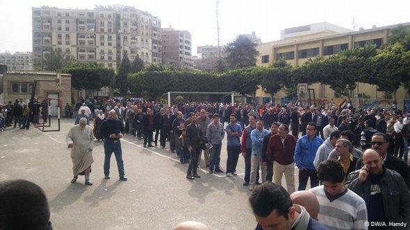 مصريون يدلون بأصواتهم على استفتاء الدستور. دويتشه فيله