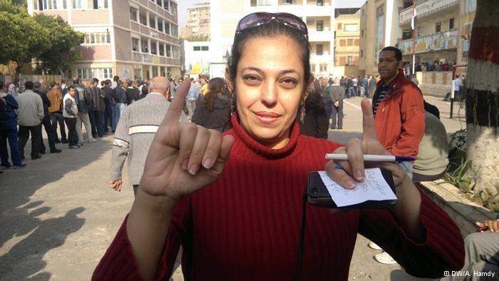 مصرية بعد إدلائها بصوتها على الدستور. دويتشه فيله