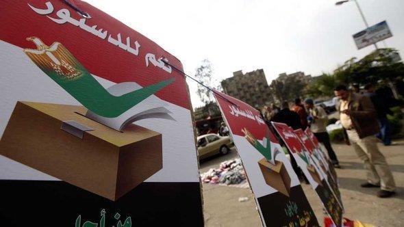 إعلانات الإخوان المسلمين المؤيدة للدستور. رويترز