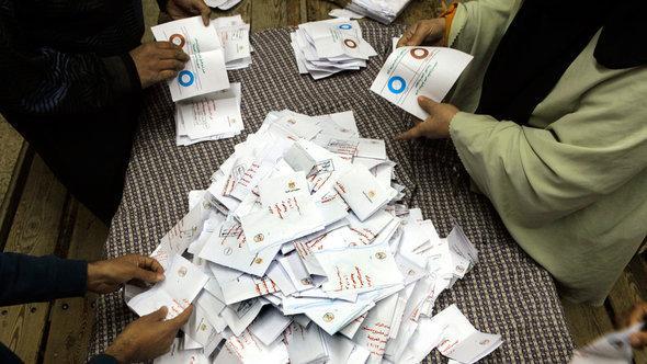 إحصاء نتائج الجولة الأولى للاستفتاء على الدستور في القاهرة. أ ب