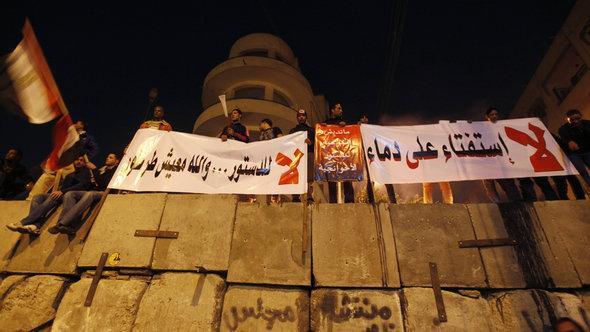 معارضو الدستور المصري أمام القصر الرئاسي في القاهرة. رويترز