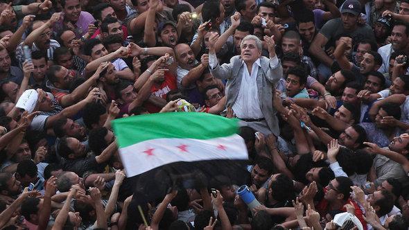 حمدين صباحي في ميدان التحرير. رويترز