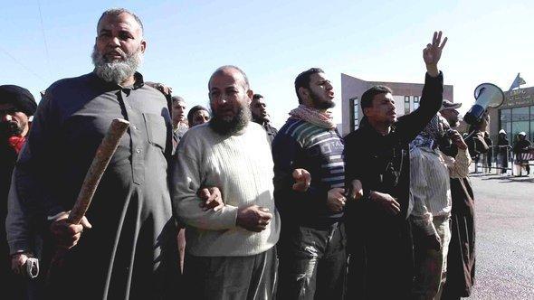 """سلفيون يتظاهرون أمام مبنى """"مدينة الإنتاج الإعلامي"""" في القاهرة. 13 ديسمبر 2012. د ب أ"""