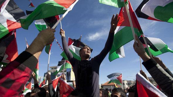ابتهاج الفلسطينيين في رام الله عقب اعتراف الأمم المتحدة بفلسطين كدولة بصفة مراقب غير عضو. أ ف ب