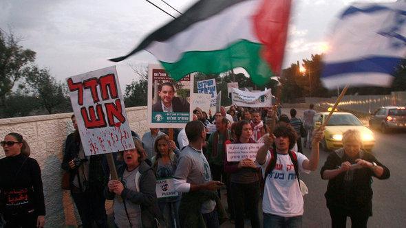 """مسيرة لمجموعة """"مقاتلون من أجل السلام"""". أ ف ب"""