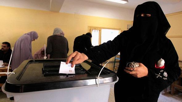 إحدى المصوِّتات على الدستور في المحلة. رويترز