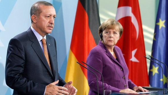 رئيس الوزراء التركي إردوغان والمستشارة الألمانية ميركل. د أ ب د