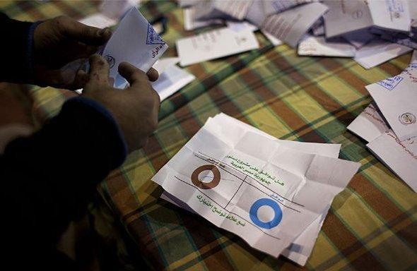 إحصاء عدد الأصوات في أحد المراكز الانتخابية في القاهرة. أ ب